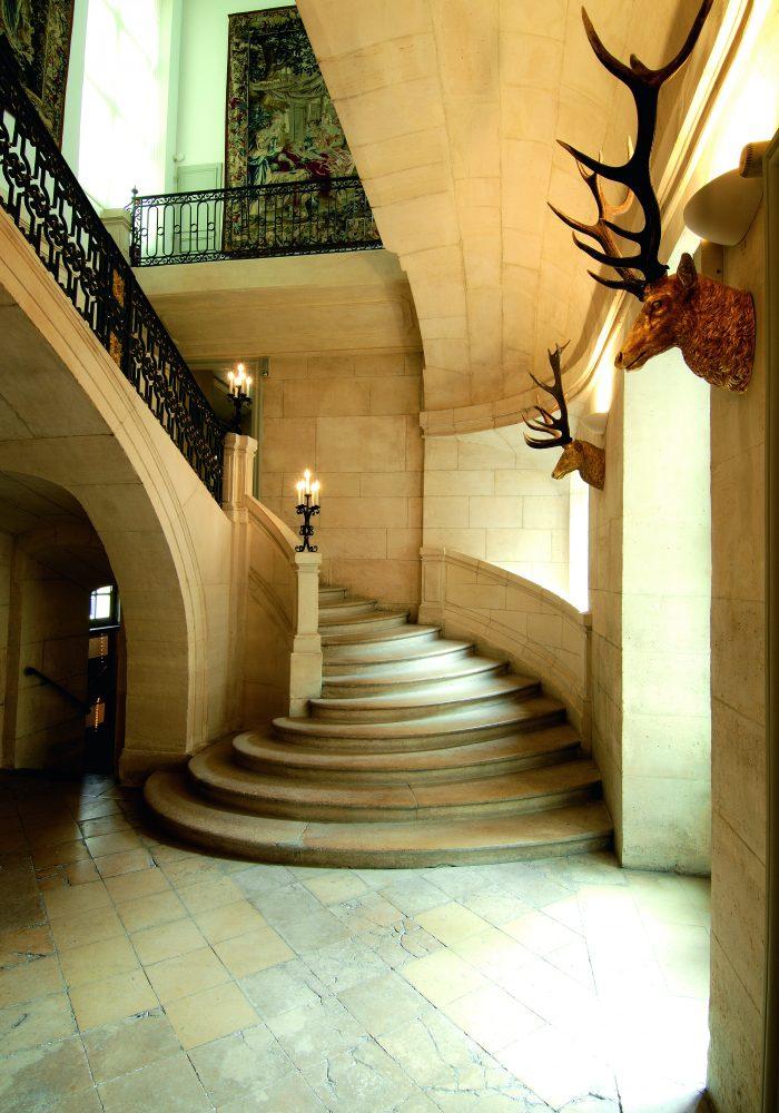 p25_Musée de la Chasse_escalier honneur-squashed